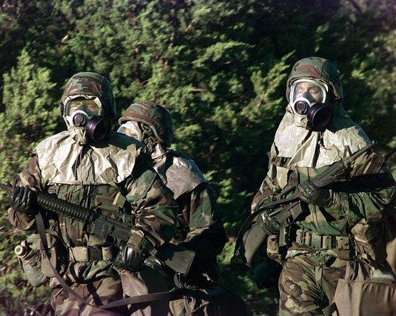 미국 육군 장병들이 가스 마스크와 방호복을 입고 화학전 방호 훈련을 하고 있다. [사진 미 육군]