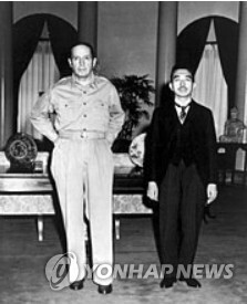 1945년 9월 27일 맥아더와 함께 포즈를 취한 히로히토 일왕 [일본 위키백과 캡처]