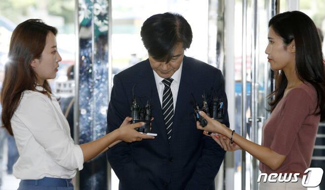 조국 법무부 장관 후보자가 21일 오전 인사청문회 준비를 위해 서울 종로구에 마련된 사무실로 출근하며 취재진의 질의에 답한 뒤 고개 숙여 인사하고 있다. 2019.8.21/뉴스1 © News1 안은나 기자