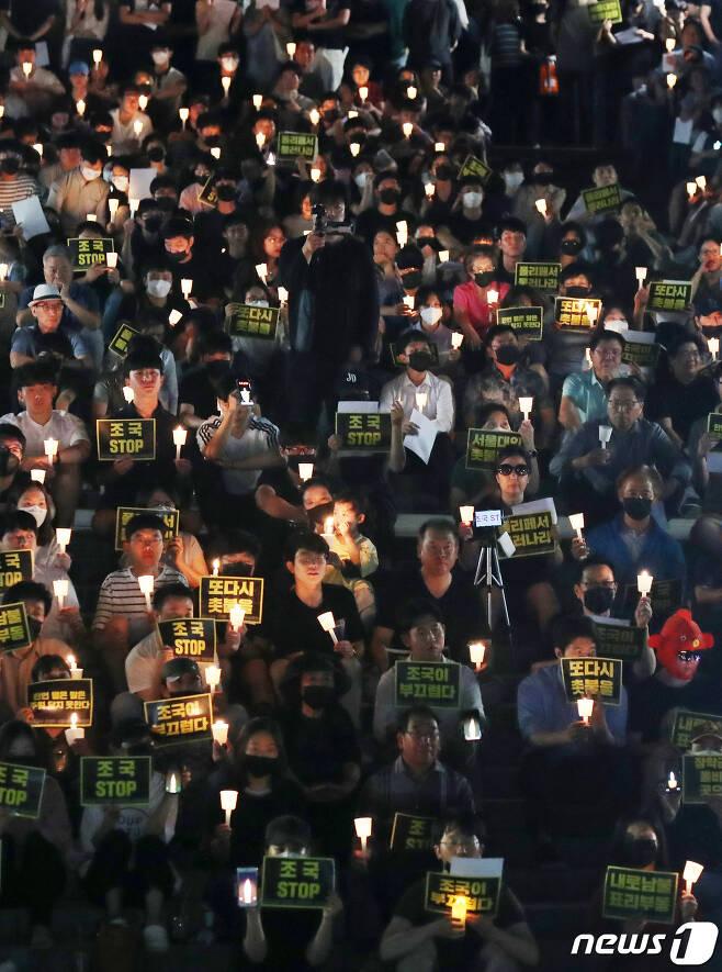 서울대학교 학생들과 시민들이 23일 오후 서울대학교 아크로광장에서 여러 의혹이 연이어 불거지고 있는 조국 법무부 장관 후보자의 사퇴를 촉구하며 촛불집회를 하고 있다. 2019.8.23/뉴스1 © News1 민경석 기자