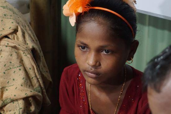 2년 전 미얀마의 학살 당시 부모를 잃은 삼순 나하르의 모습. 현재는 난민촌에서 이모 가족과 함께 살고 있다.