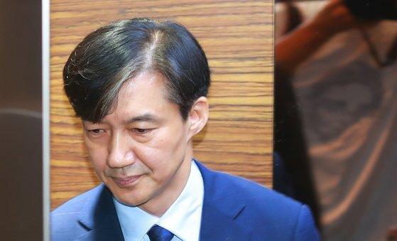 조국 법무부 장관 후보자가 26일 오전 인사청문회 준비단이 마련된 서울 종로구 적선현대빌딩으로 출근해 입장을 밝힌 뒤 엘리베이터에 올라 사무실로 들어가고 있다. 강정현 기자