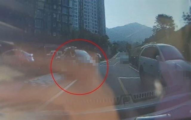 경기 의정부시 모 아파트에서 한 차량이 인도와 찻길에 걸쳐 불법 주차된 모습. 온라인 커뮤니티 캡처