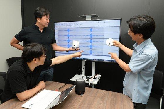 시큐웍스 연구원들이 모티터를 통해 음장센서를 이용한 실험을 하고 있다. [사진 ETRI]