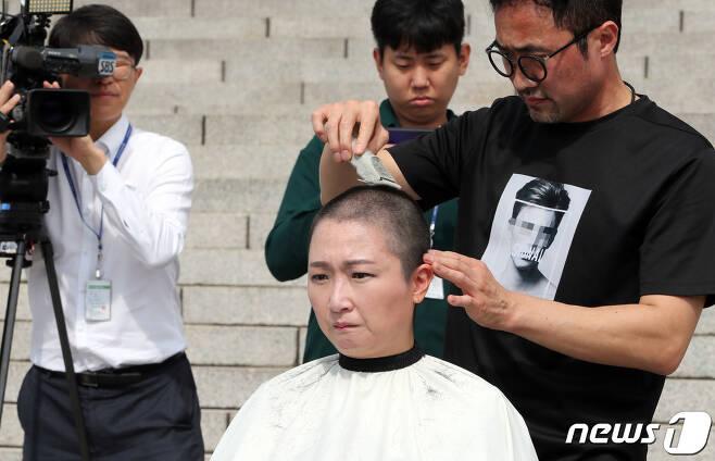 이언주(무소속) 의원이 10일 서울 여의도 국회 본청 계단에서 삭발식을 하고 있다. 2019.9.10/뉴스1 ⓒ News1 이종덕 기자