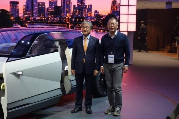정의선 부회장(오른쪽)이 전기차 콘셉트카 45를 배경으로 정범구 주독대사와 기념촬영하고 있다./진상훈 기자