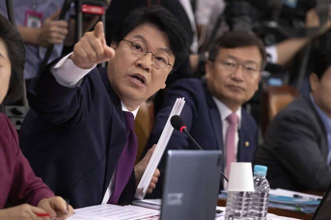 장제원 자유한국당  의원이 6일 오전 국회에서 열린 법사위 조국 법무부 장관 후보자 인사청문회에서 질문을 하고 있다.(사진 = 연합뉴스)