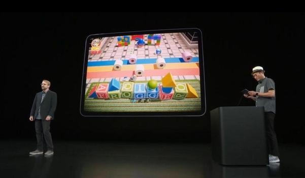 코나미 관계자가 쿠퍼티노 본사 본사 스티브잡스 극장에서 애플 아케이드와의 협력을 설명하고 있다. /유튜브 캡쳐