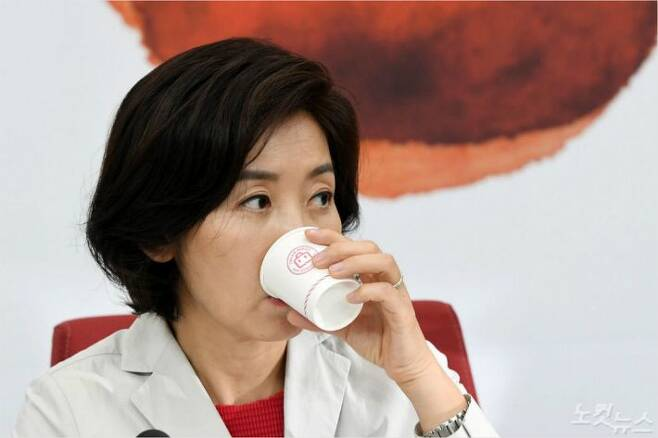 나경원 자유한국당 원내대표가 1일 서울 여의도 국회에서 열린 조국 인사청문회 대책TF 회의에서 물을 마시고 있다. (사진=이한형 기자/자료사진)