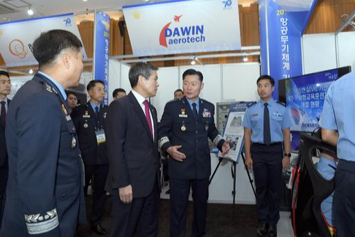 서울 공군회관에서 6일 열린 항공무기체계 기술발전 세미나에서 원인철 공군참모총장이 정경두 국방부장관에게 공군 VR기반 KT-1 비행교육훈련 체계에 대해 설명하고 있다. 공군 제공