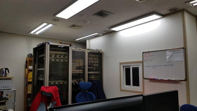 서울대학교 기계·전기 노동자들의 근무지이자 휴식공간. 창문 너머가 바로 휴식공간이다. 사진 비정규직 없는 서울대 만들기 공동행동 제공