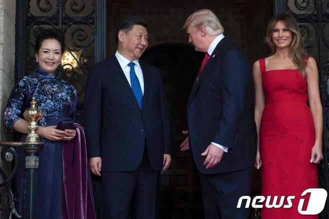 2017년 미국을 방문한 펑리위안 여사가 치파오 차림으로 도널드 트럼프 미국 대통령과 멜라니아 여사를 만나고 있다. © AFP=뉴스1 © News1 우동명 기자