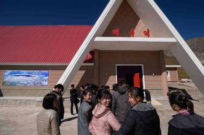 지난 11일 삼지연에서 북한 주민들이 백두산 정상으로 가는 케이블 기차를 타기 위해 줄서있다.[AFP=연합뉴스]