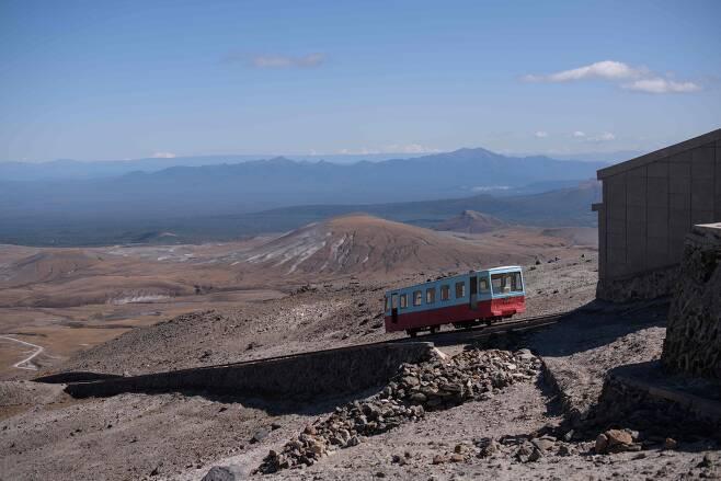 지난 11일 케이블 기차가 백두산 전망대로 올라오고 있다. [AFP=연합뉴스]