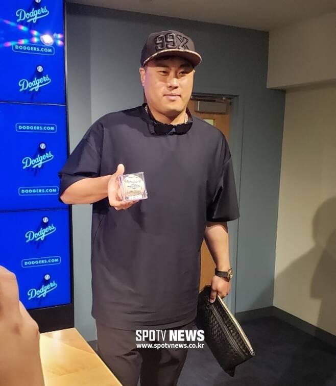 ▲ LA 다저스 류현진이 23일(한국시간) 콜로라도전에서 메이저리그 데뷔 첫 홈런을 친 뒤 경기 후 공식 인터뷰룸에 홈런볼을 들고 들어어고 있다. ⓒ양지웅 통신원