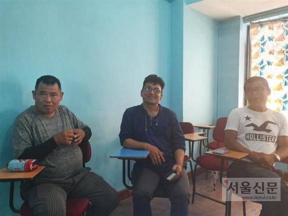 지난달 27일 네팔 카트만두의 뉴바네쇼 거리의 한 한국어학원에서 만난 네팔 남성 5명은 자신이 경험한 한국에 대해 얘기하고 있다.카트만두 기민도 기자 key5088@seoul.co.kr