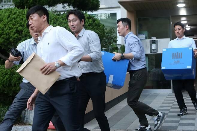 ⓒ연합뉴스9월10일 검찰 직원들이 조국 법무부 장관 동생 전처 집에 대한 압수수색을 하고 있다.