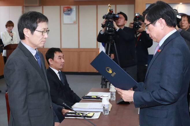 ⓒ연합뉴스박상기 장관이 2017년 12월 검찰 과거사위원장인 김갑배 변호사(왼쪽)에게 임명장을 수여하고 있다.
