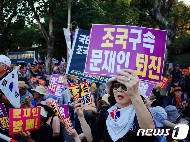 자유연대가 28일 오후 서울 서초구 대검찰청 앞에서 주최한 '검찰지지 집회'에 참가자가 '조국 구속 문재인 퇴진' 피켓을 들고 있다. © 뉴스1 황덕현 기자