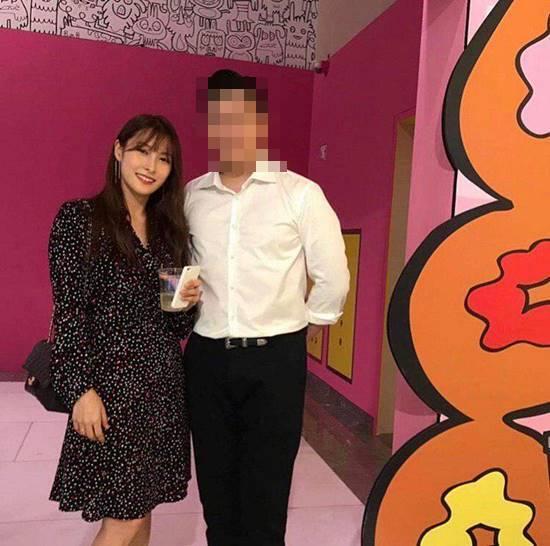 박규리와 송자호 씨는 지난 6월 송 씨가 추진한 존 버거맨 전시회에서 처음 만나 사랑을 키우고 있다. 송 씨는 박규리와 사진을 자신의 SNS에 올리며 사랑을 알렸다./송자호 SNS 캡처
