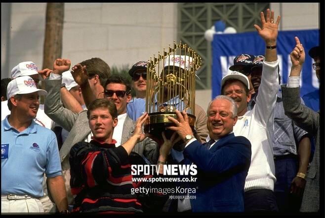 ▲ 오럴 허샤이저(앞줄 가운데)와 토미 라소다 감독(앞줄 오른쪽)이 1988년 월드시리즈에서 우승한 뒤 LA 다운다운 시청 앞에서 열린 기념행사에서 우승 트로피를 들어올리고 있다.