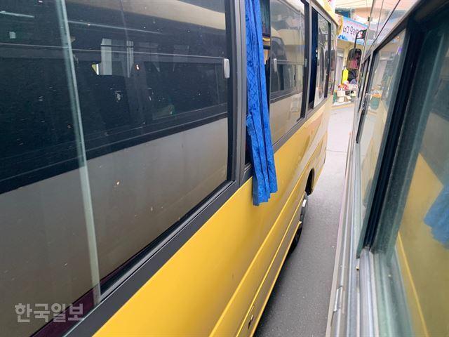 경북 울릉군 도동항 만남의 광장 인근에서 관광버스들이 좁은 도로를 아슬아슬하게 통과하고 있다. 김재현기자 k-jeahyun@hankookilbo.com