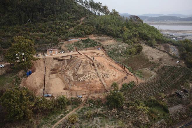 복암리 고분과 나주의 너른 들판을 훤히 조망할 수 있는 야산 경사면에 조성된 정촌 고분. 이 지역 수장의 무덤으로 여겨진다.