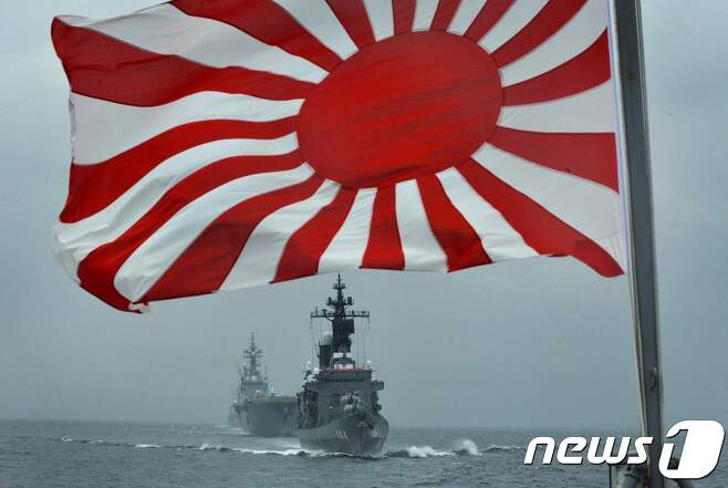 지난 2012년 10월14일 일본 가나가와현 사가미만 앞바다에서 해상자위대 깃발인 욱일기가 휘날리고 있다. © AFP=뉴스1