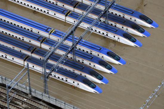 제19호 태풍 하기비스가 상륙한 일본 나가노시의 신칸센 열차들이 진흙탕에 침수됐다. 사진=AP뉴시스