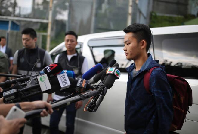 홍콩 시위 사태를 촉발시킨 살인용의자 찬퉁카이(가운데)가 23일 출소해 취재진과 인터뷰하고 있다. 그는 홍콩인들에게 사과하고 대만으로 가 죄에 대한 처벌을 받겠다고 밝혔다.                                                                                               홍콩|AP·연합뉴스