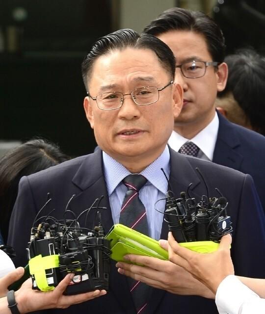'공관병 갑질' 의혹을 받은 박찬주 전 육군 대장이 2017년 8월 서울 용산구 국방부 검찰단에 피의자 신분으로 출석하기 전 기자들 질문에 답하고 있다. <한겨레> 자료사진