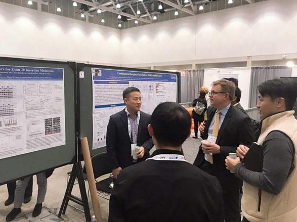 보로노이 과학자문위원(SAB)인 폐암 임상분야 세계적 석학 파시 야니 하버드 의대 교수(노란 넥타이)가 보로노이 관계자들과 대화를 나누고 있다.