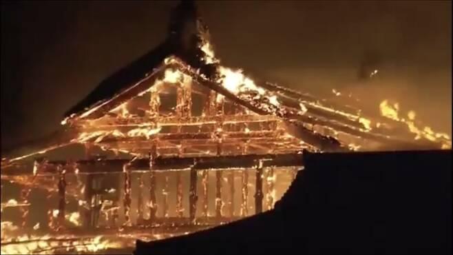 31일 뼈대만 앙상히 남은 슈리성 건물이 불에 타고 있다. [트위터]