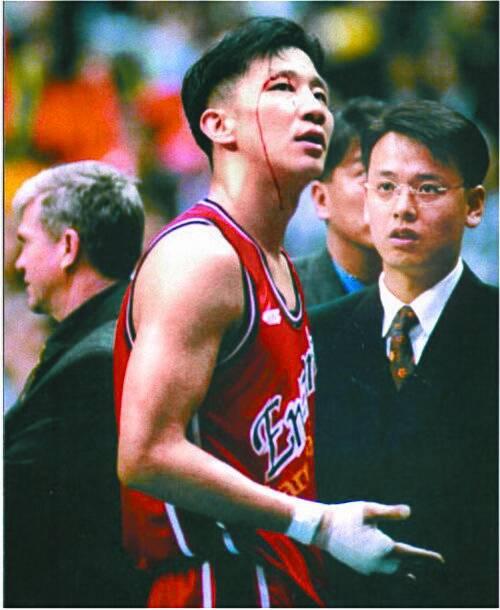허재는 선수 시절이던 1997-98시즌 챔피언결정전에서 손목이 골절됐는데도 투혼을 발휘해 승부를 7차전까지 끌고갔다. [중앙포토][중앙포토]