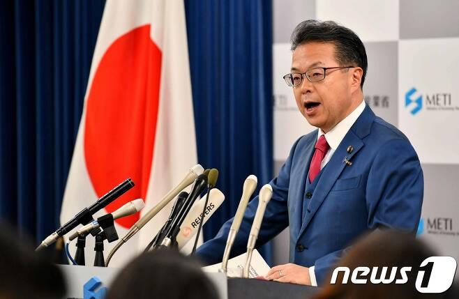 지난 8월2일 세코 히로시게 당시 일본 경제산업상이 한국을 수출 관리상의 우대 대상인 백색국가에서 제외한다고 발표하고 있다. © AFP=뉴스1