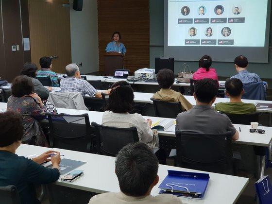 5일 서울 강남의 한 컨벤션센터에서 열린 미국 투자이민 설명회에서 참석자들이 발표를 듣고 있다. 임성빈 기자