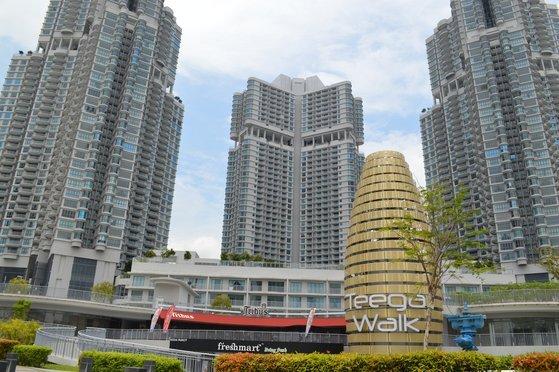 최근 말레이시아 조호바루에는 자녀 영어 교육을 위해 '한달 살기' 로 오는 한국인 가족이 늘고 있다. 수영장과 상가 등을 갖춘 주상복합 티가가 이들에게 인기가 많다. 한달 살기 비용은 월 110~150만원선(3베드룸 기준). 염지현 기자