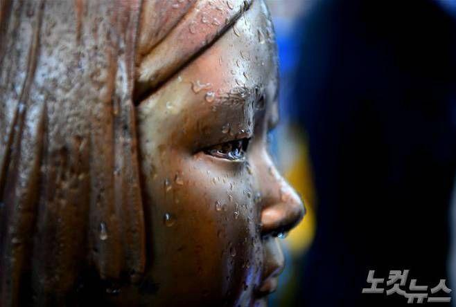 서울 종로구 옛 주한일본대사관 앞에 자리한 평화의 소녀상이 비에 젖어 있다. (사진=박종민 기자/자료사진)