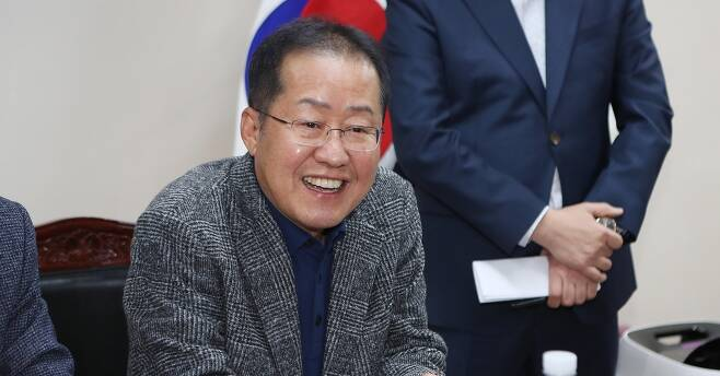 홍준표 전 자유한국당 대표가 12일 오후 대구 서문시장을 방문한 자리에서 기자들의 질문에 답하고 있다. 2019.11.12 연합뉴스