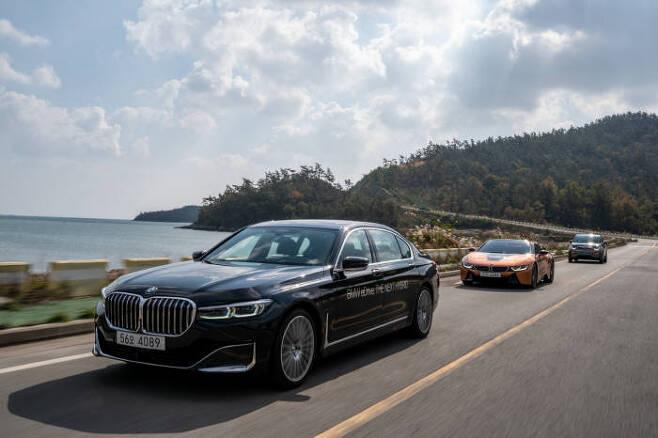 BMW 플러그인 하이브리드차(PHEV) 라인업 주행 모습.