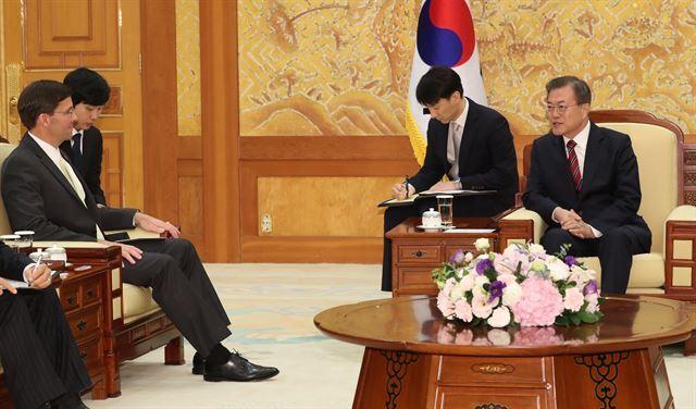 문재인 대통령이 지난 15일 청와대에서 마크 에스퍼 미국 국방장관과 만나고 있다. 연합뉴스