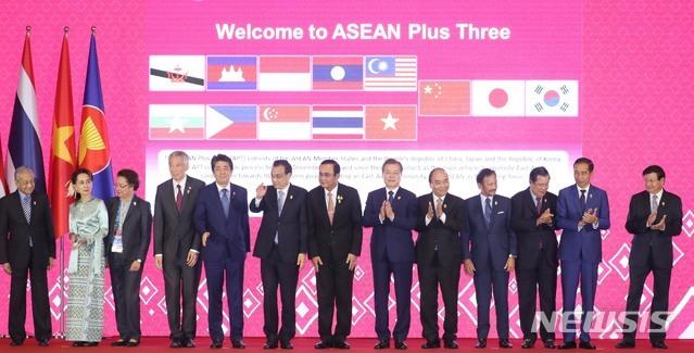 【방콕(태국)=뉴시스】 박영태 기자 = 문재인 대통령이 4일 태국 방콕의 임팩트 포럼에서 열린 제22차 아세안+3 정상회의에 참석해 각국 정상들과 기념촬영을 하고 있다. 왼쪽 네번째부터 리셴룽 싱가포르 총리, 아베 신조 일본 총리, 리커창 중국 총리, 쁘라윳 짠-오차 태국 총리, 문재인 대통령, 응우옌 쑤언 푹 베트남 총리, 하사날 볼키아 브루나이 국왕, 훈 센 캄보디아 총리, 조코 위도도 인도네시아 대통령, 통룬 시술릿 라오스 총리. 2019.11.04. since1999@newsis.com