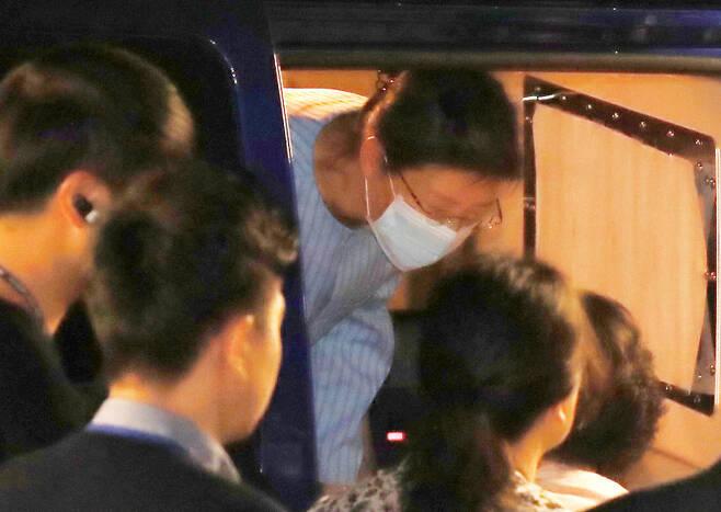 박근혜 전 대통령이 지난 9월16일 회전근 인대 파열 등 증상 치료차 서울성모병원에 입원하기 위해 호송차에서 내리고 있다. 연합뉴스