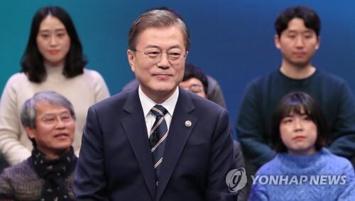 문재인 대통령이 11월 19일 오후 서울 상암동 MBC에서 열린 '국민이 묻는다, 2019 국민과의 대화'에서 패널의 질문을 듣고 있다. [연합뉴스 자료사진]