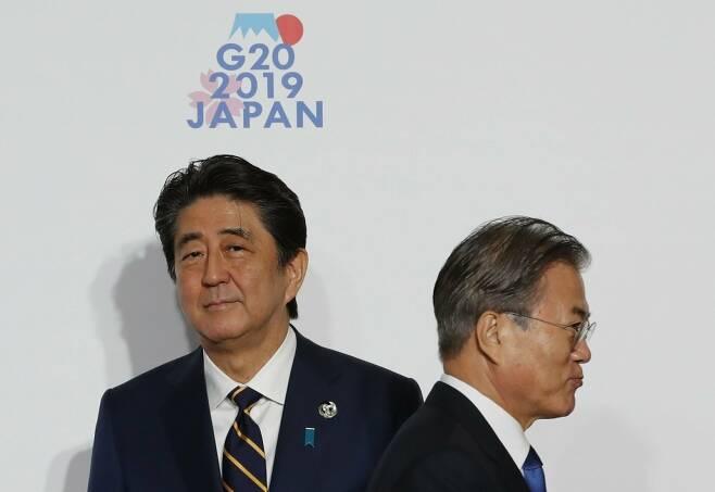 문재인 대통령이 6월28일 오전 인텍스 오사카에서 열린 G20(주요20개국) 정상회의 공식 환영식에서 의장국인 일본의 아베 신조 총리와 악수한 뒤 이동하고 있다. ⓒ연합신문
