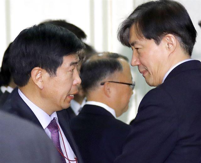 지난해 11월 청와대에서 조국(오른쪽) 민정수석과 백원우 민정비서관이 대화를 나누고 있다. 연합뉴스