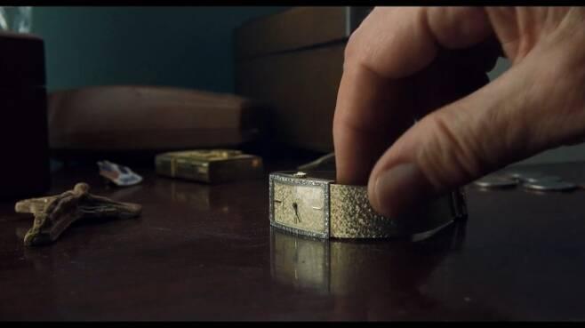 로버트 드니로가 탁자 위에 있는 자신의 시계 매티 티쏘를 착용하는 장면 [사진=영화 '아이리시맨' 캡처]