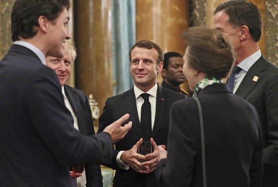 3일(현지시간) 영국 런던 버킹엄궁에서 열린 북대서양조약기구(NATO) 정상회의 환영식에서 대화 중인 정상들. 왼쪽부터 쥐스탱 트뤼도 캐나다 총리,보리스 존슨 영국 총리, 에마뉘엘 마크롱 프랑스 대통령, 앤 영국 공주, 마르크 뤼테 네덜란드 총리. 트뤼도 총리는 당시 대화의 주제가 도널드 트럼프 대통령이었다는 점을 인정했다.[AP=연합뉴스]