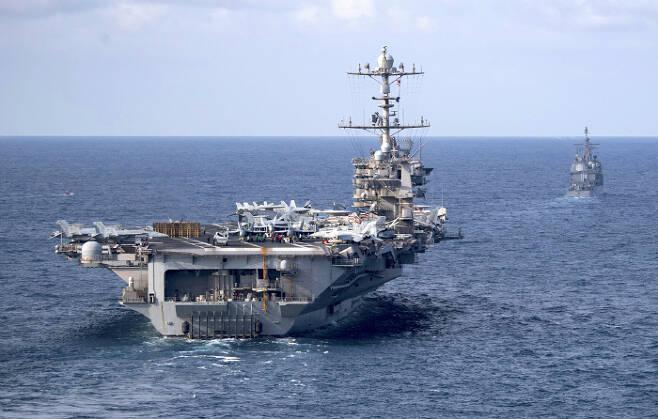 미군 항모 해리트루먼호가 지난 7월 18일 미사일순양함 노르망디호의 뒤를 따라 대서양을 지나고 있다. 해리트루먼호도 몇 주일 안에 걸프에 도착할 예정이다. 미 해군 USNI뉴스