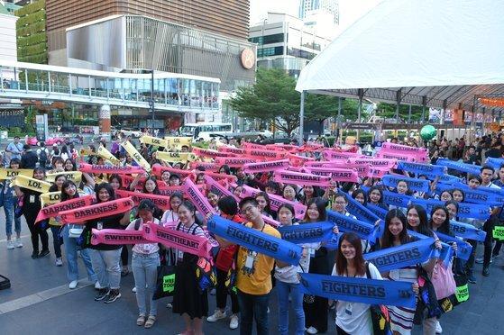 지난달 30일 태국 라인 웹툰 퀴즈쇼에서 41만명의 경쟁을 뚫고 결선에 오른 100명. [사진 네이버]